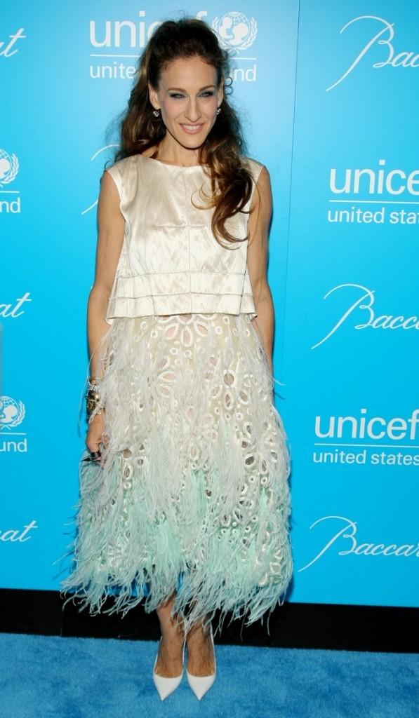 Sarah Jessica Parker en jupe ajourée, détails en mousseline et franges volantes
