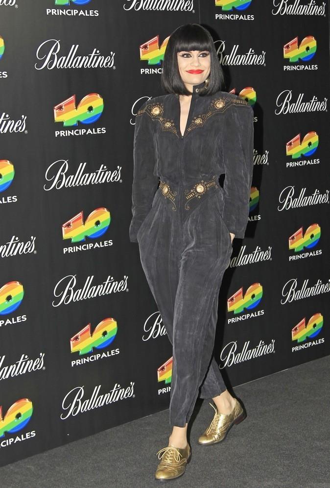 Jessie J: on aime la combi noire mate brodée portée avec des derbies dorés!