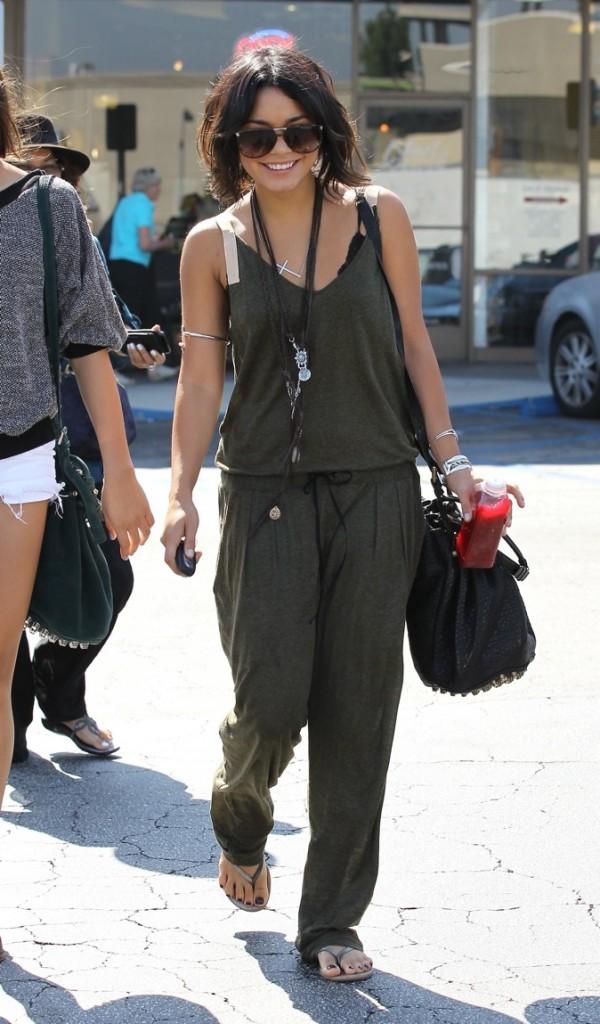 Look décontracté pour Vanessa qui aurait pu frôler le fashion faux pas mais ici on aime!