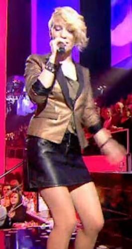 L'association de la veste brillante et de la jupe en cuir : AU SECOURS !!