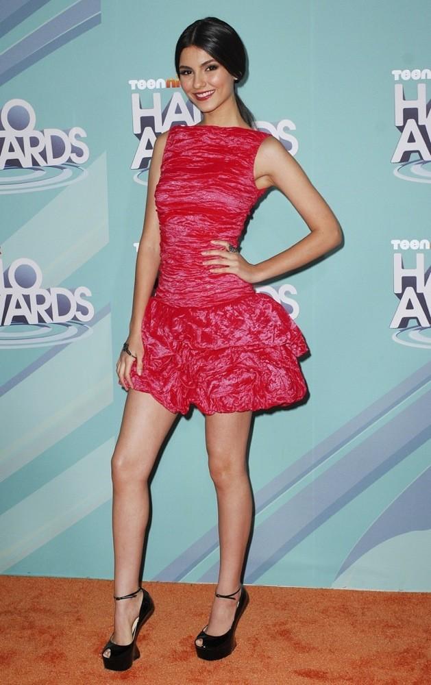 Elle ose la robe rose fluo !