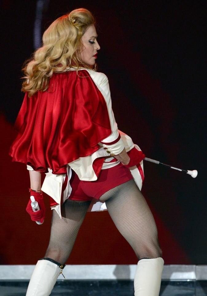Madonna en costumé rouge de majorette !