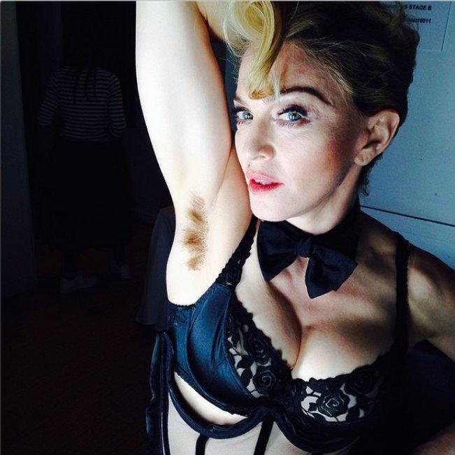 Elle aussi, Madonna s'affiche avec des aisselles laissées au naturel !