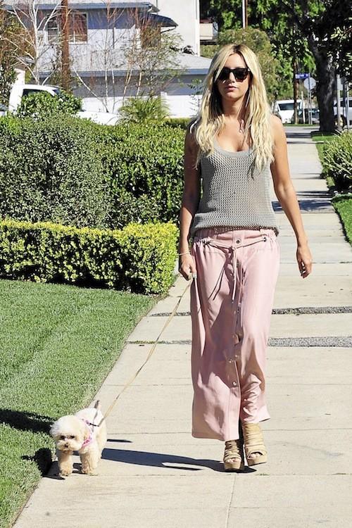 Ashley Tisdale : En jupe et débardeur kaki, elle est trop canon.