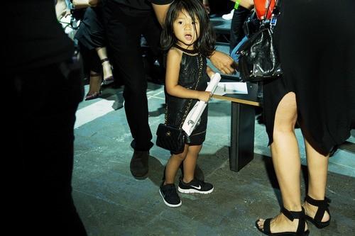Aila Wang, très à l'aise en backstage !