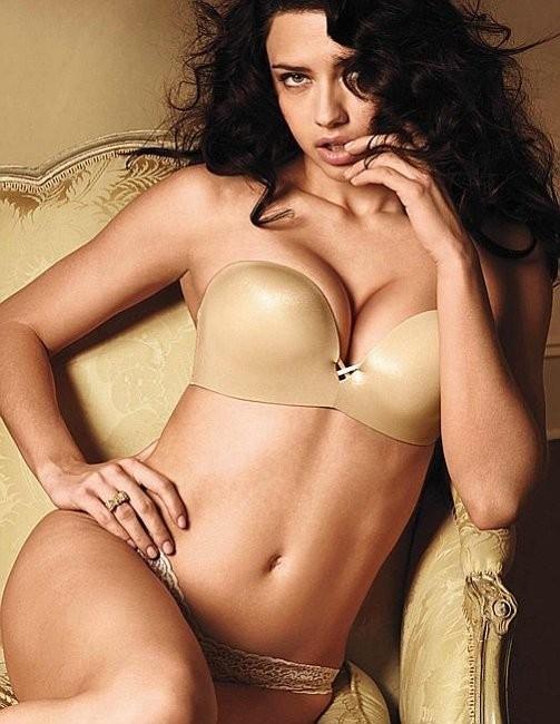 Adriana Lima dans l'ensemble push-up nude de Victoria's secret