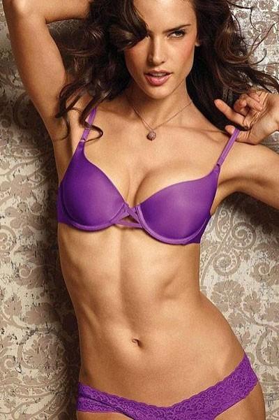 Alessandra Ambrosio dans l'ensemble push-up purple de Victoria's secret