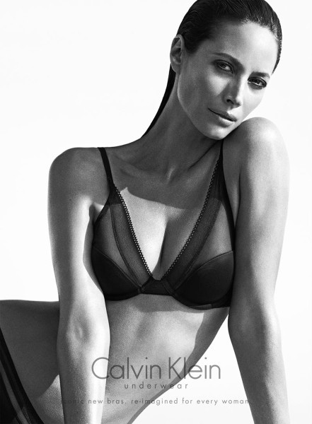 Christy Turlington avec push up pour Calvin Klein !