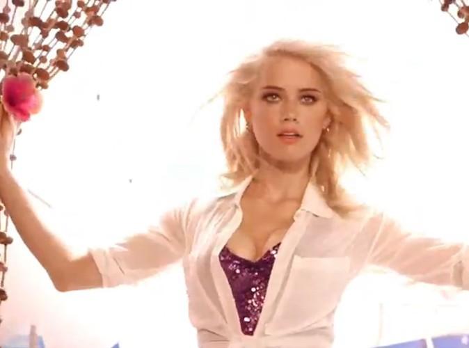 Amber Heard affiche un décolleté ultra sexy pour Guess Girl Belle !