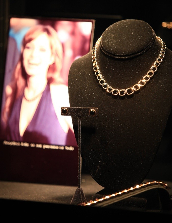 Bijoux associés à sa robe émeraude, Angelina est la plus Jolie !