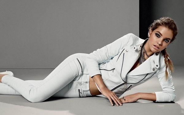 Barbara toute de blanc vêtue avec son jean et le perfecto assorti