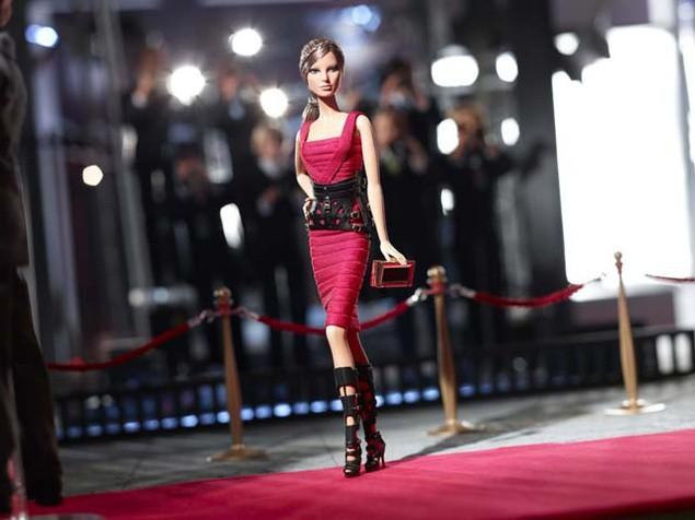 Mode : Barbie : elle devient brune et est rhabillée pour l'hiver par Hervé Leger by Max Azria !