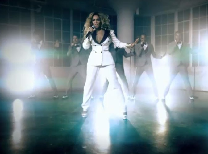 Beyoncé en smoking blanc 70's