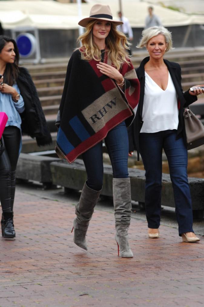 "Mode : Blake Lively, Cara Delevingne, Anne Hathaway, Olivia Palermo etc. : la ""Poncho Mania"" est de retour !"