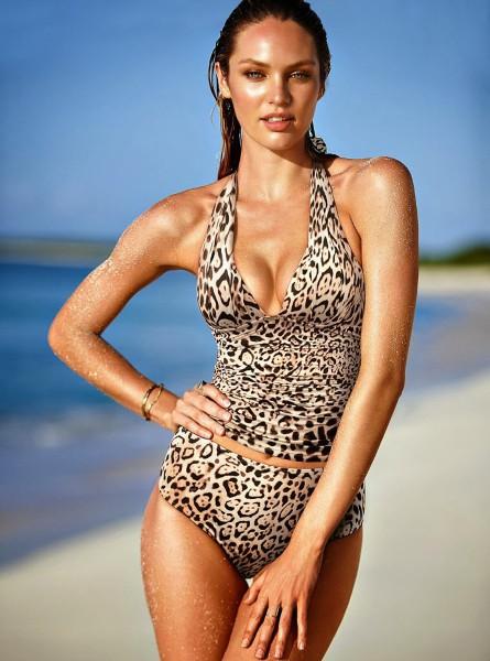 Candice Swanepoel, teint hâlé et poses hot pour Victoria's Secret Swimwear