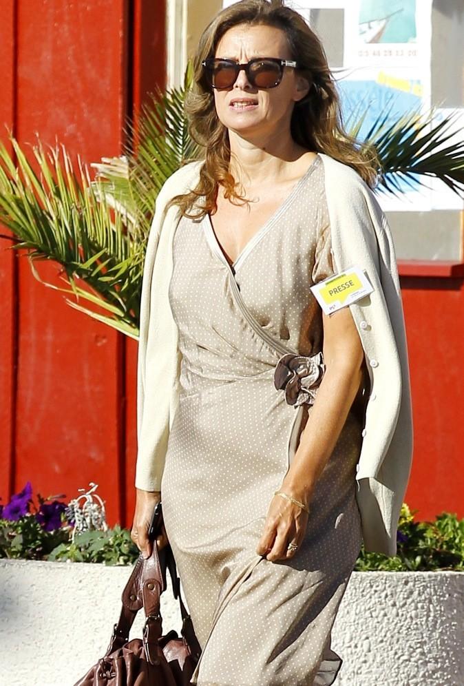 Août 2011 : Valérie Trierweiler en robe taupe à petits pois