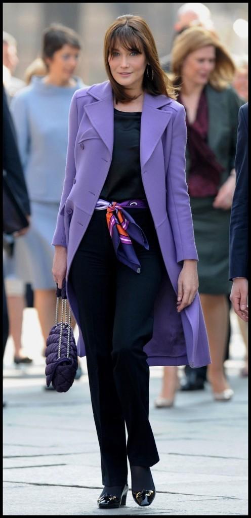 Avril 2009 : Carla Bruni-Sarkozy en manteau violet et pantalon noir