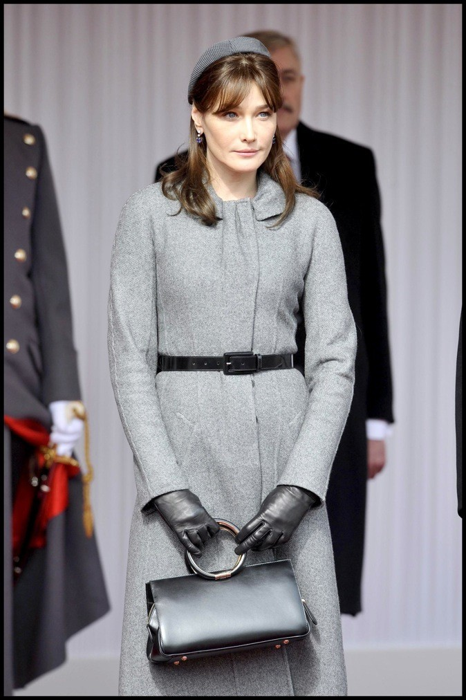 Mars 2008 : Carla Bruni-Sarkozy en petit tailleur gris