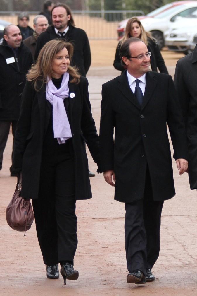 Novembre 2011 : Valérie Trierweiler en manteau noir et écharpe parme