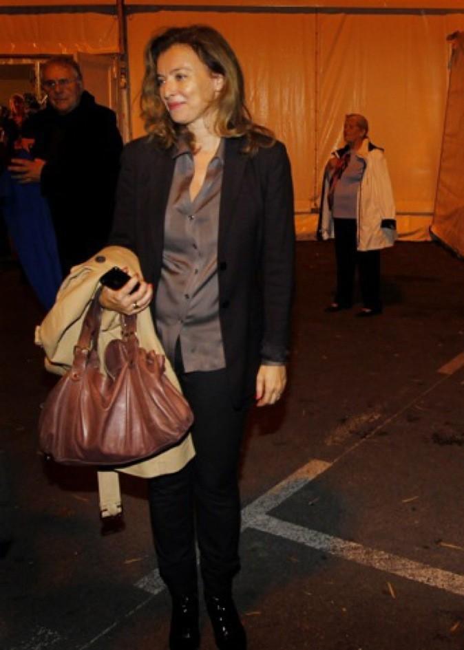 Novembre 2011 : Valérie Trierweiler en tailleur noir