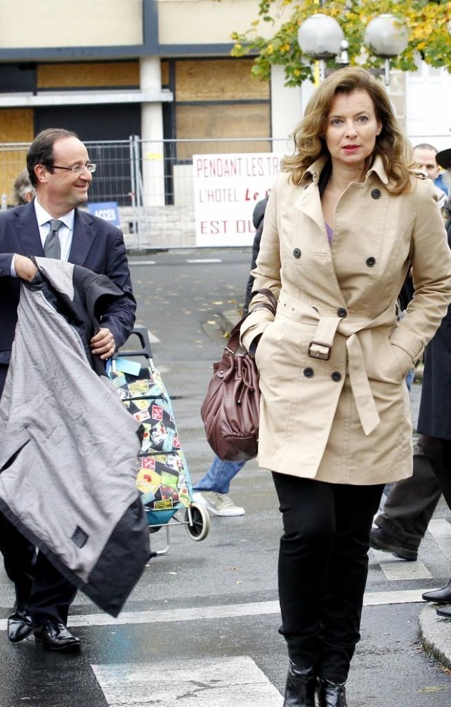 Novembre 2011 : Valérie Trierweiler en trench-coat beige