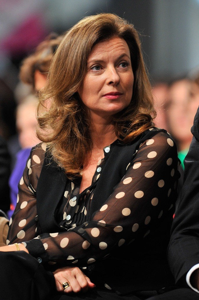 Octobre 2011 : Valérie Trierweiler en top plumetis noir