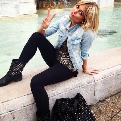 Veste en jean, top argenté, boots cloutées et sac Les Envahisseurs