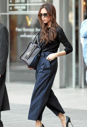 Victoria Bechkam un sac de sa propre griffe à la main !