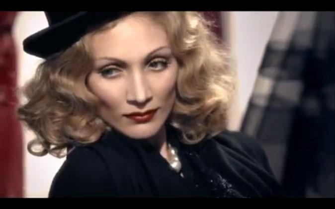 Une apparition aux airs de Marlène Dietrich !