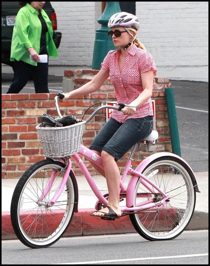 Anna Paquin a un vélo tout rose Hello Kitty !