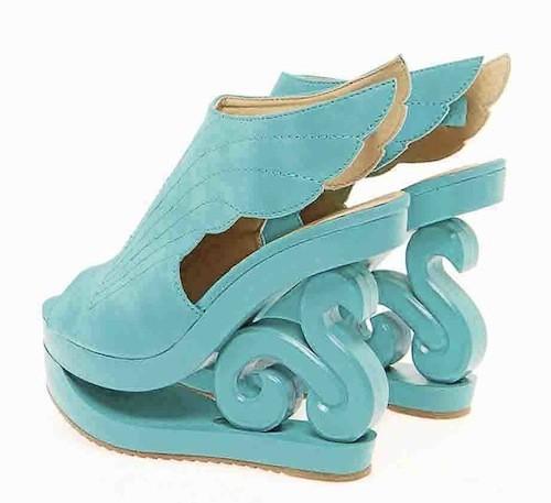 Seapunk : Chaussures turquoise ailées, Boohoo.com. 55 euros