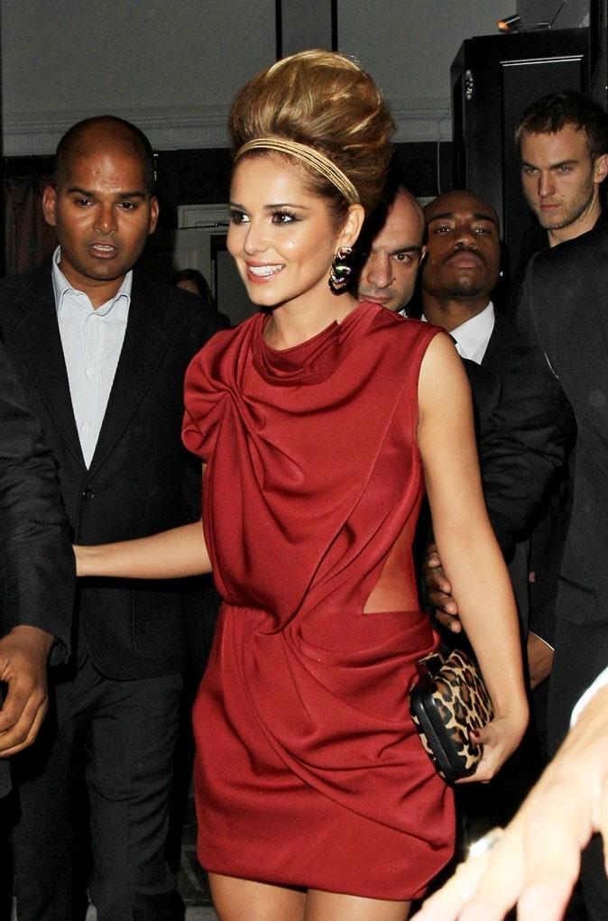 Cheryl est canon en robe drapée rouge
