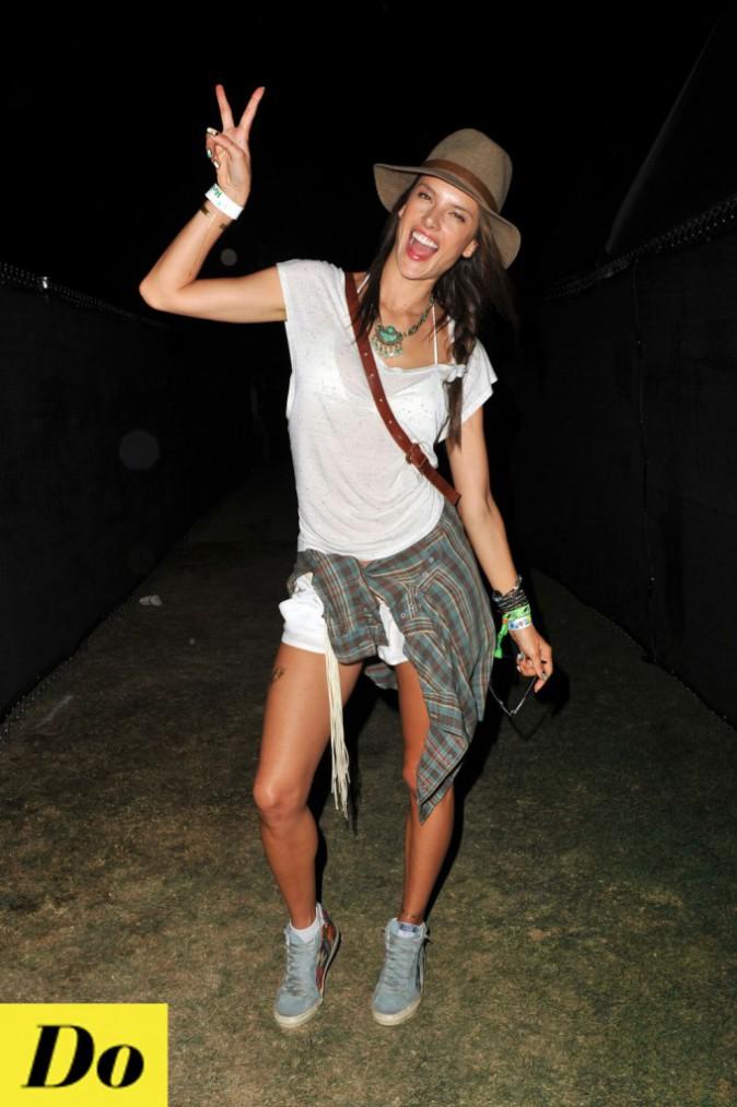 Alessandra Ambrosio a encore une fois tout bon ! Assortir sa chemise à ses chaussures et son chapeau, astucieuse !