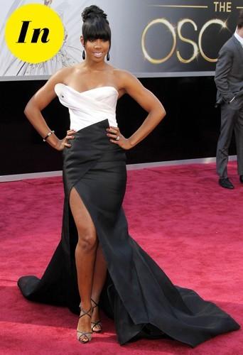 Kelly en robe blanche et noire Donna Karan lors de la cérémonie des Oscars 2013.
