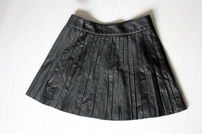 Jupe en cuir plissé noire, Comptoir des Cotonniers 195 €
