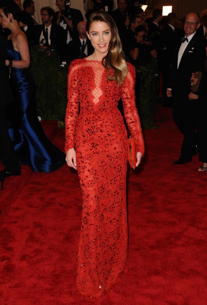 Amber Heard en robe rouge ton sur ton sur red carpet !