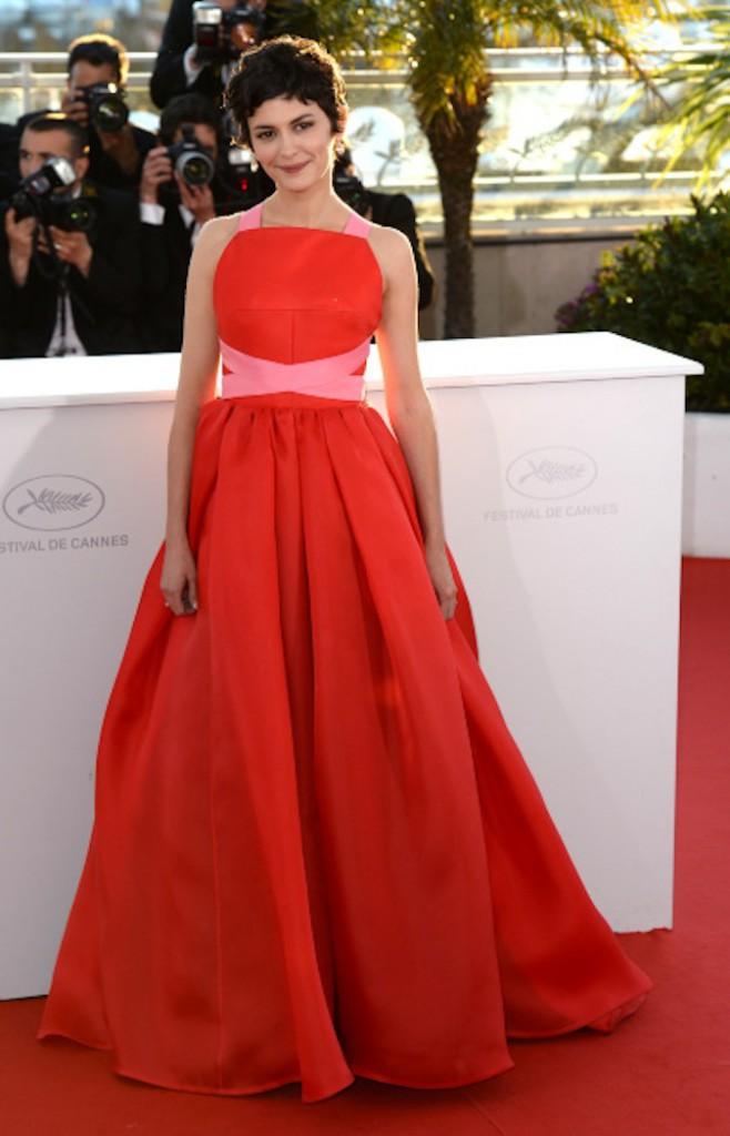 Audrey Tautou en robe rouge ton sur ton sur red carpet !