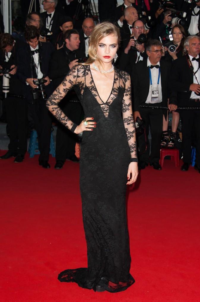 Cara Delevingne en petite robe noire sur tapis rouge !