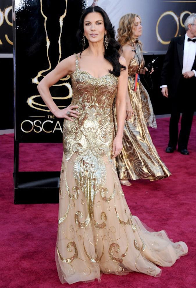 Catherine Zeta-Jones sort le grand jeu en robe dorée sur red carpet !