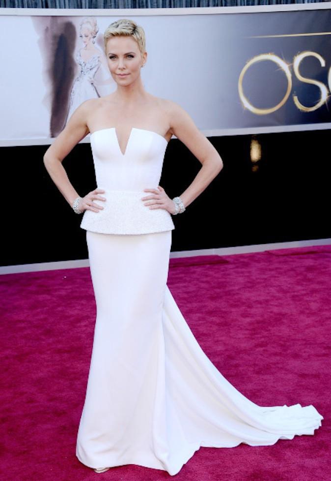 Charlize Theron, le blanc lui va si bien et ressort sur red carpet !