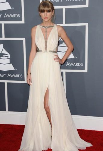 Taylor Swift en look empire tendance sur tapis rouge !