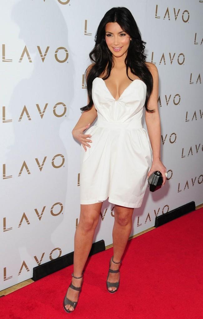 Kim Kardashian : une robe bustier à la découpe... risquée !