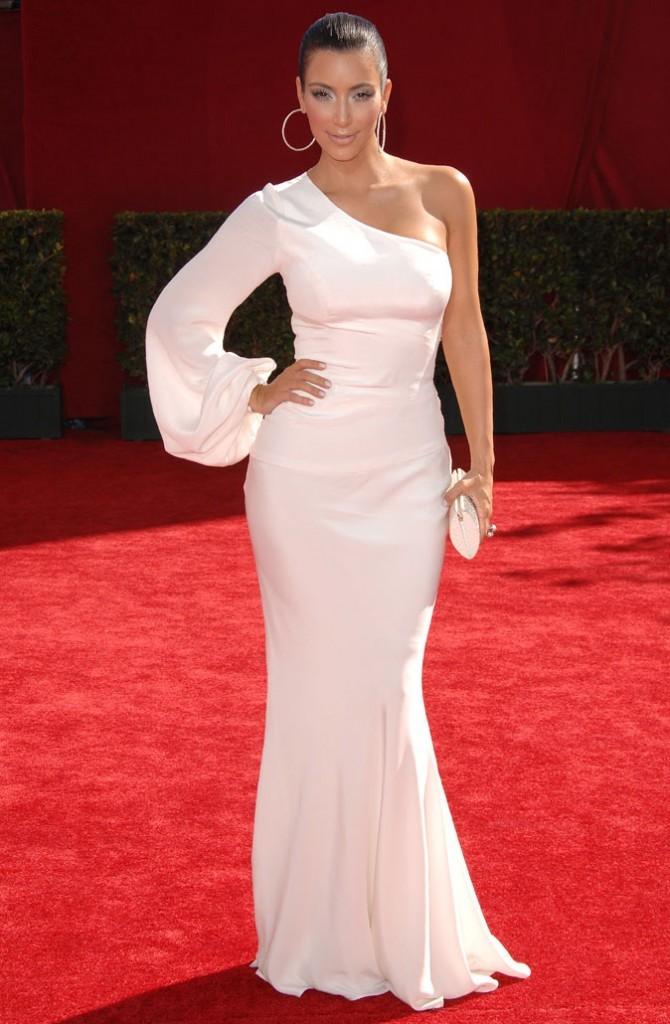 Kim Kardashian : une robe longue asymétrique Ina Soltani !