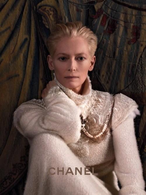 Découvrez les clichés de Tilda Swinton dans le rôle d'une égérie Chanel !