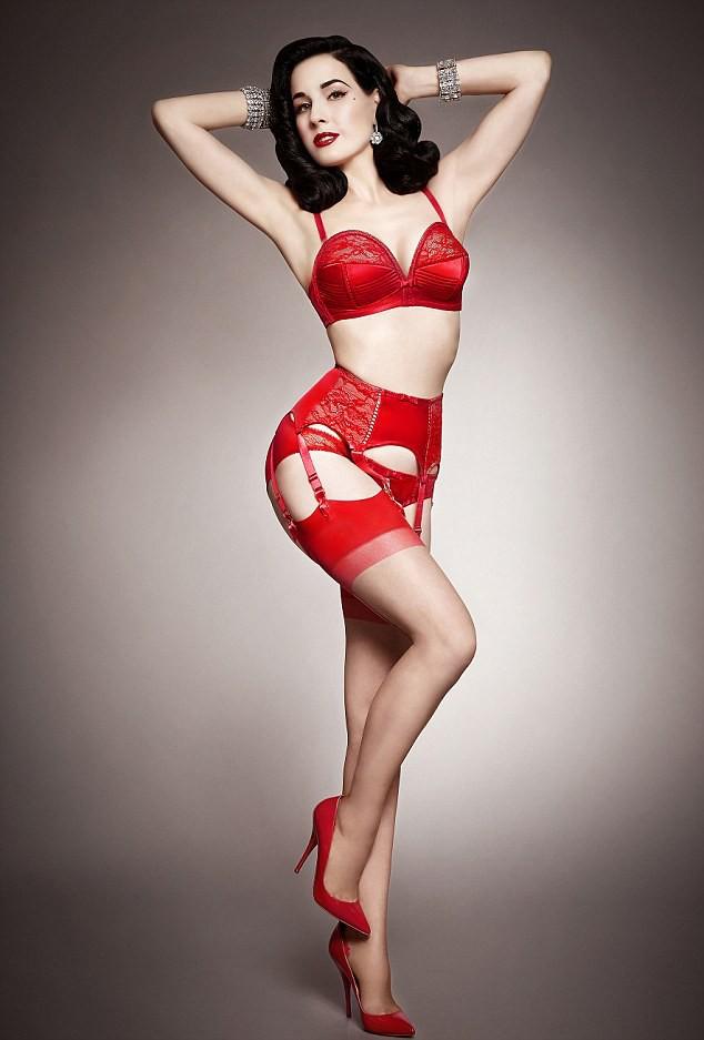 Mode : Dita Von Teese continue son effeuillage sexy et burlesque pour sa marque de lingerie !