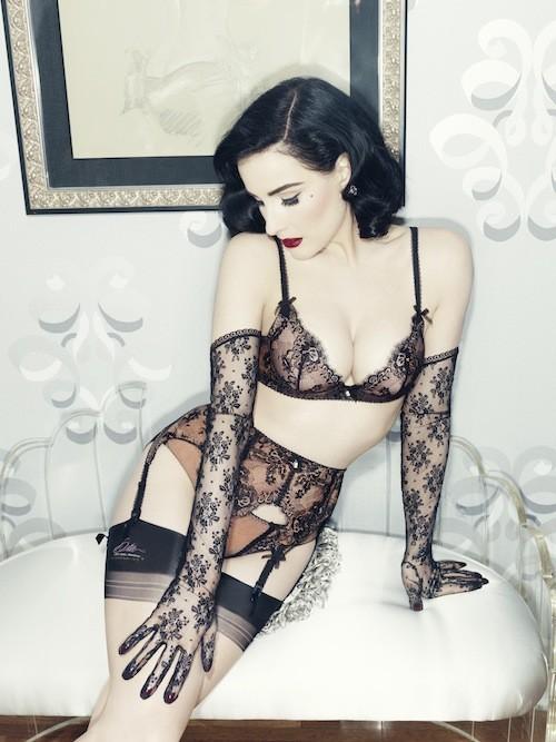 Mode:  Dita Von Teese dévoile sa nouvelle collection de lingerie aux accents rétro... sans Nabilla !