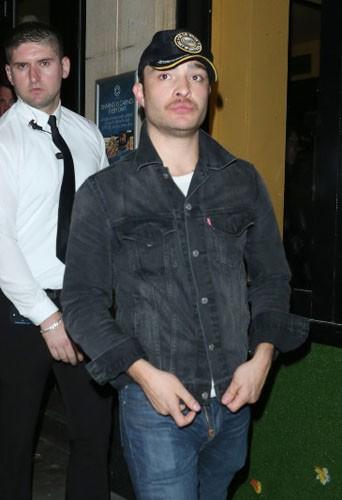 Entre la casquette, la moustache et la braguette ouverte, on se demande ce qu'est le pire...
