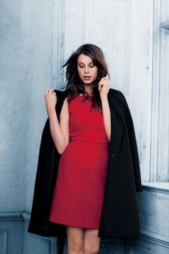 Elettra Rossellini en robe trois-trous rouge Gant !