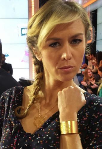 Enora Malagré porte la manchette Tigre dorée et le collier Tigre de la marque Léone ...