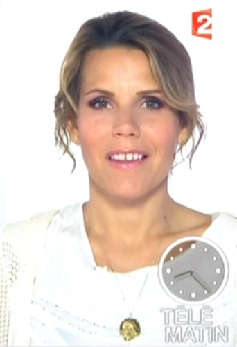 Laura du web porte un collier Léone sur le plateau de Télématin !